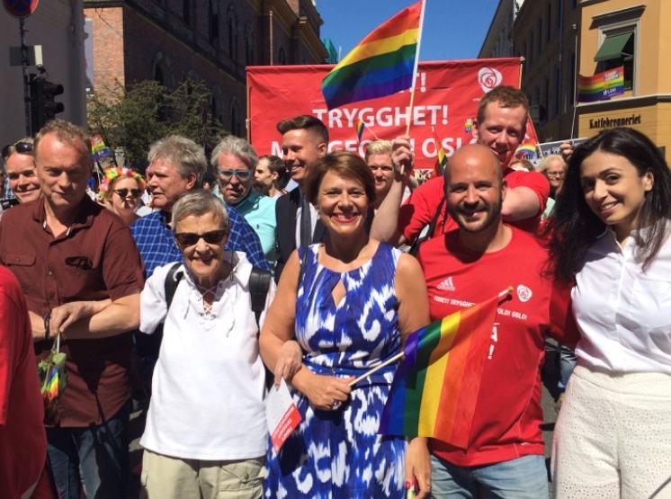 Bilde fra paraden: Raymond, Kim, Tone, Jon Reidar og Hadia m/flere