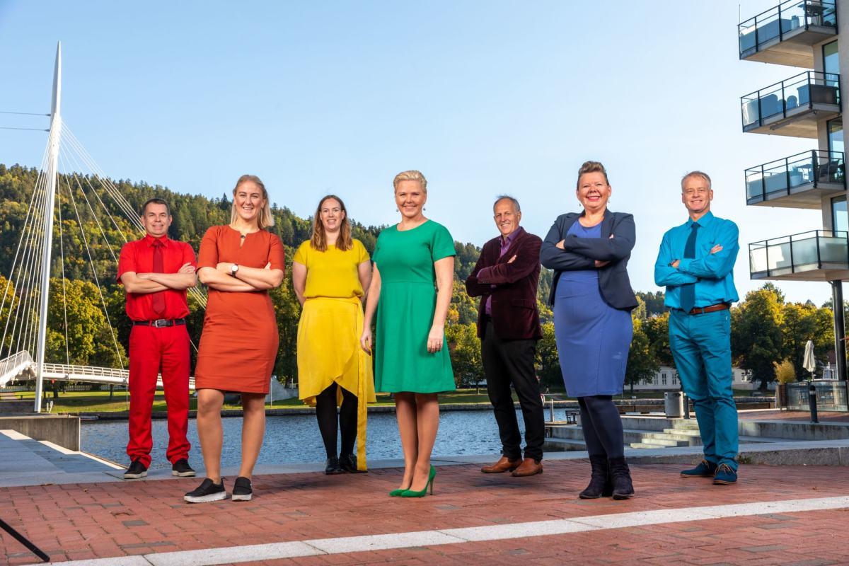 Gruppebilde av fylkesrådet i Viken, kledd i pridefarger