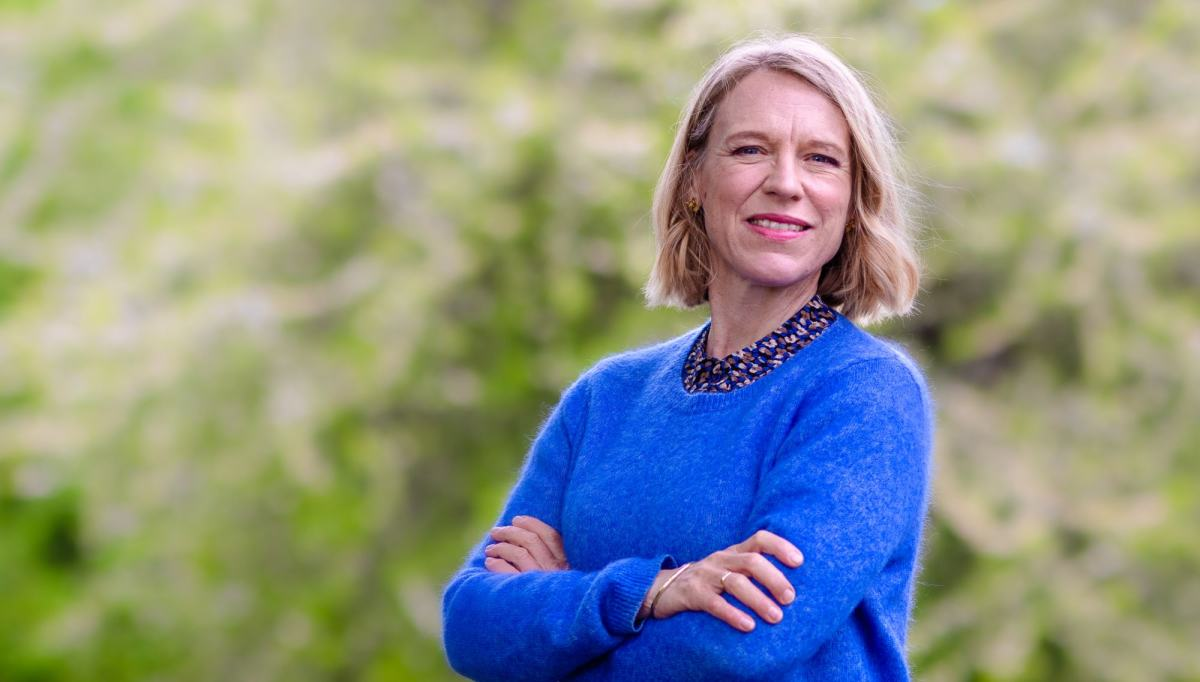 Anniken Huitfeldt med armene i kors
