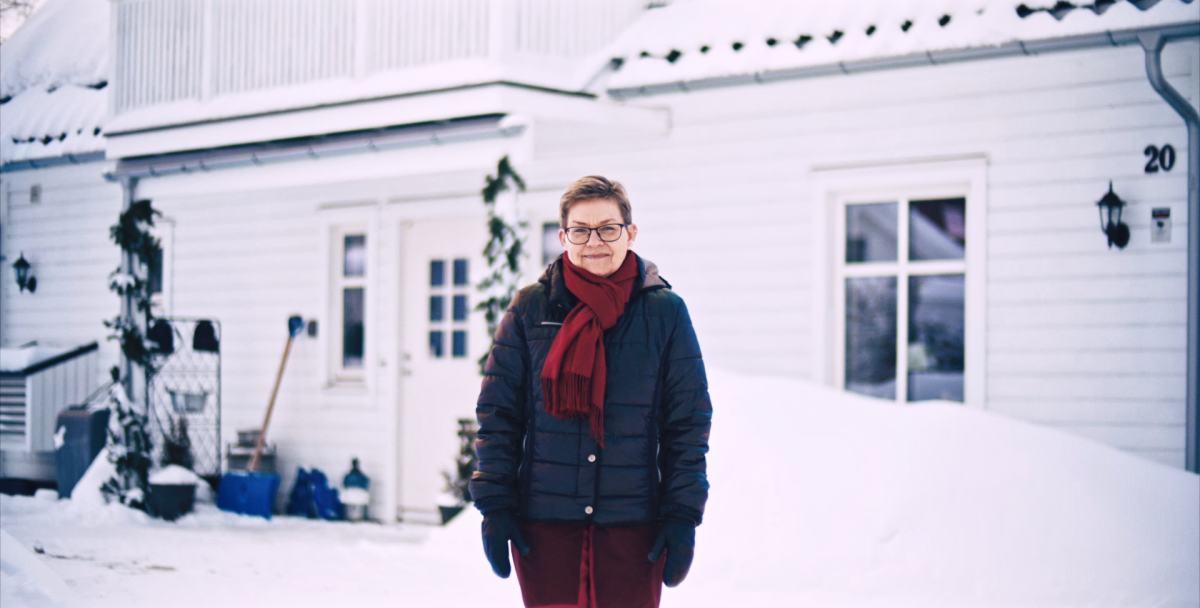 Dame utendørs i vinterklær.