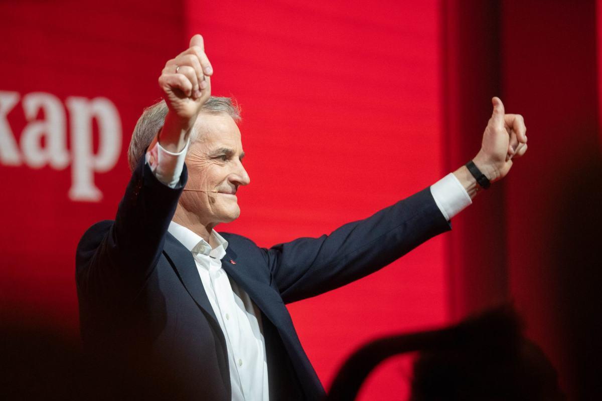 Jonas Gahr Støre gir tommel opp på Arbeiderpartiets landsmøte 2019