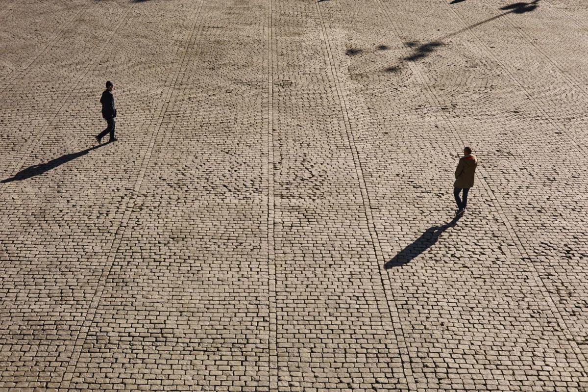To mennesker går over universitetsplassen, bildet er tatt ovenfra. Foto: Øivind Haug
