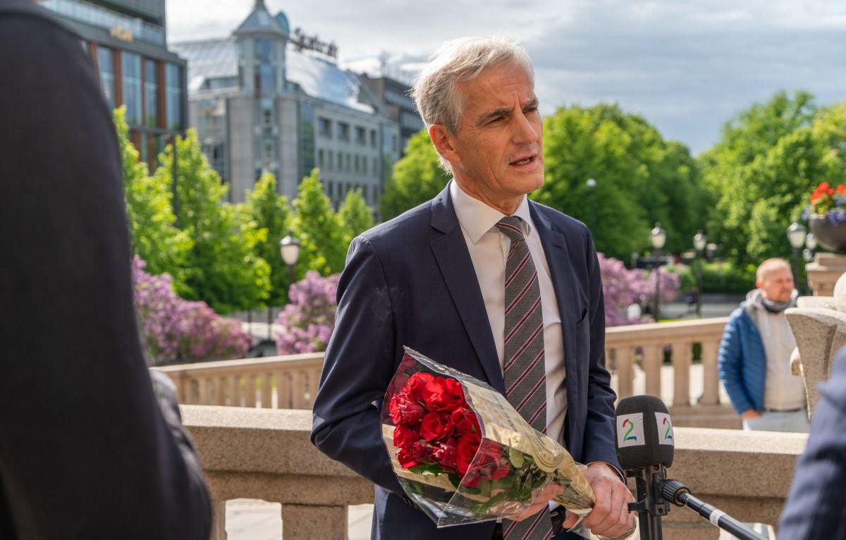 Jonas Gahr Støre står utenfor Stortinget og blir intervjuet av TV2.