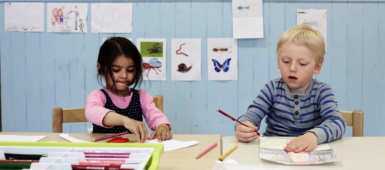 Barnehagebarn tegner