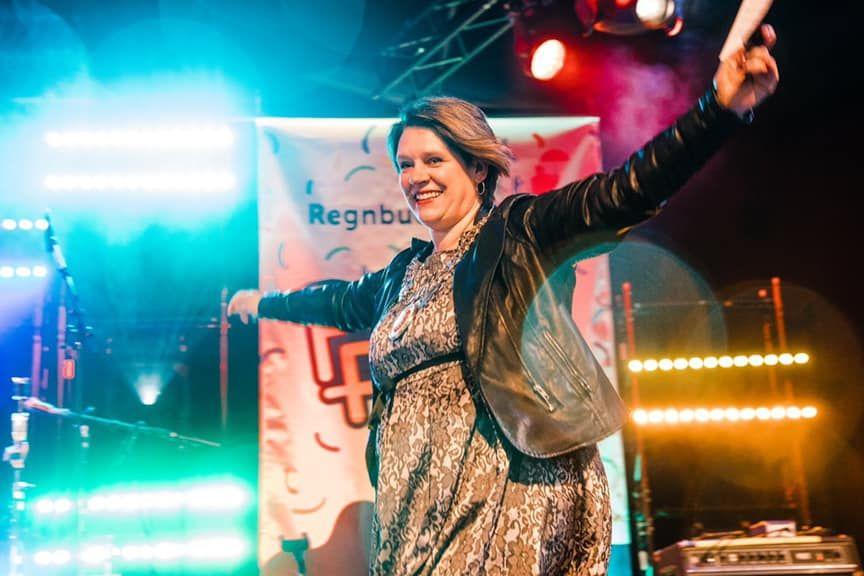 Bilde av Marte Mjøs Persen på scenen under Pride i Bergen