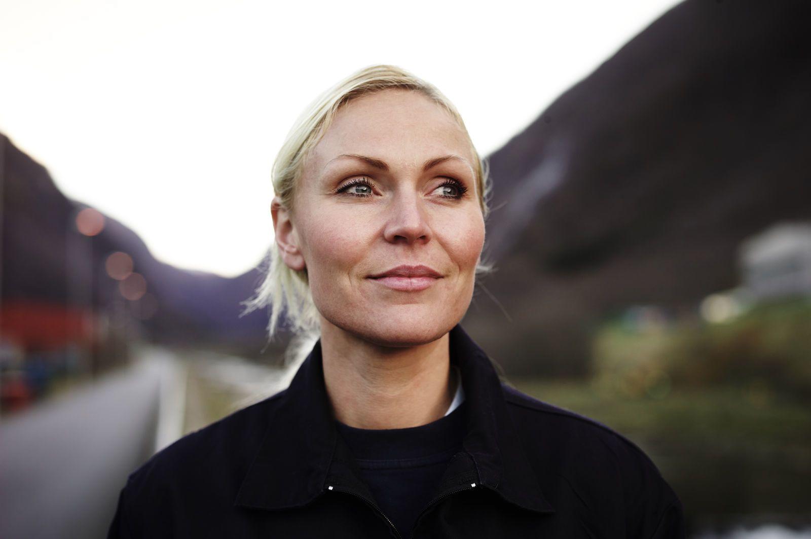 Portrett av en blond, smilende kvinne som ser forbi kamera. Foto: Øivind Haug