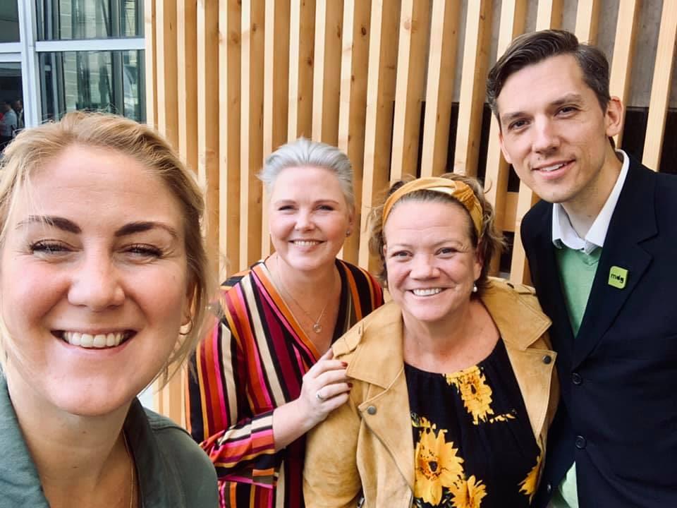 Tonje Brenna (AP), Anne Beathe Tvinnerheim (SP), Camilla Eidsvold (SV) og Kristoffer Robin Haug (MDG) står smilende sammen.