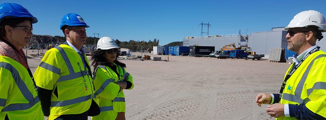Peder Nærbø i Buld AS forteller om behovet for fiblerkabler til Hadia Tajik, Odd Omland og Kari Henriksen.