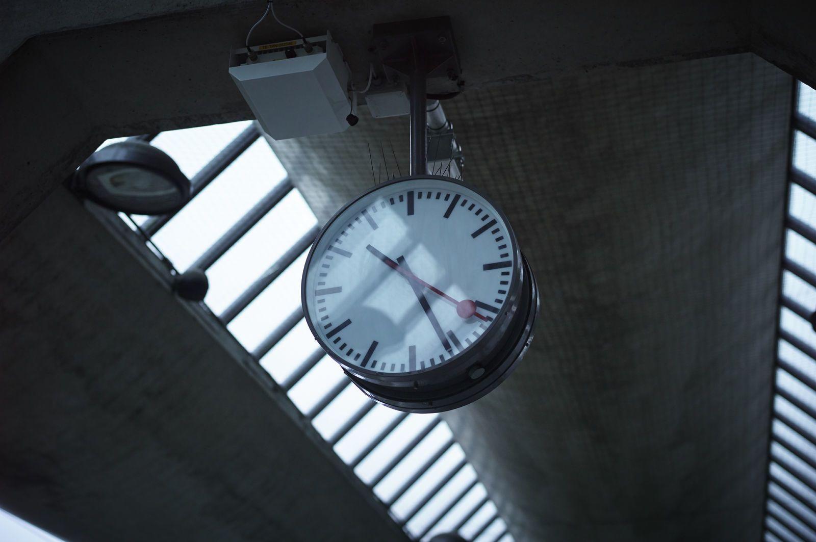 En klokke henger i taket på togperrongen. Foto: Øivind Haug