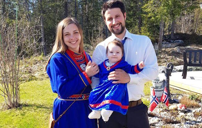 Fransisca Kappfjell Herbst håper at datteren Elea (2) vokser opp i et samfunn med bedre forståelse for den samiske kulturen. (Foto: Privat)