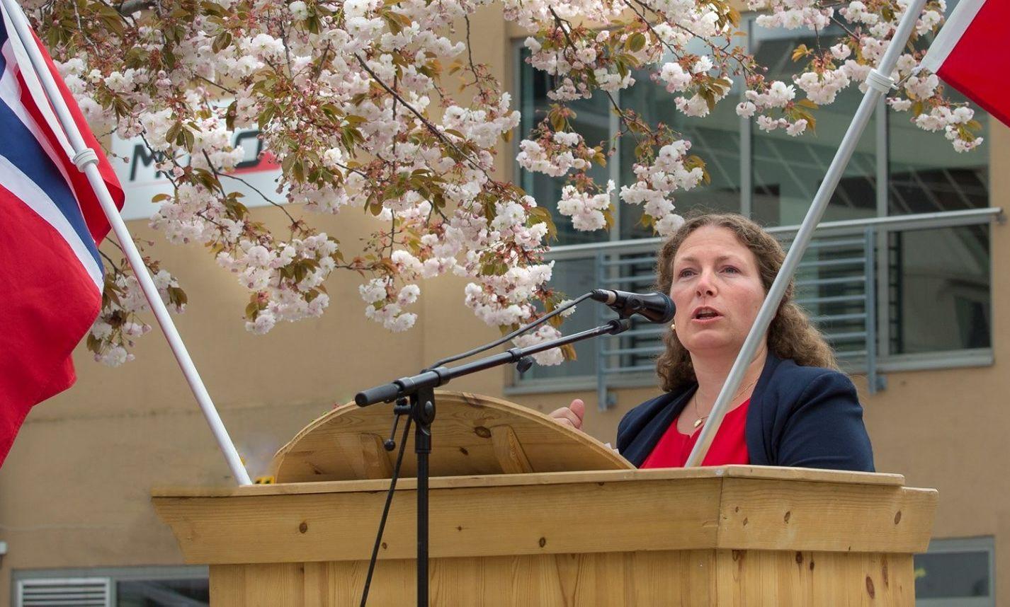 Hilde holdt en flammende tale på Torvet i Sandefjord 1.mail