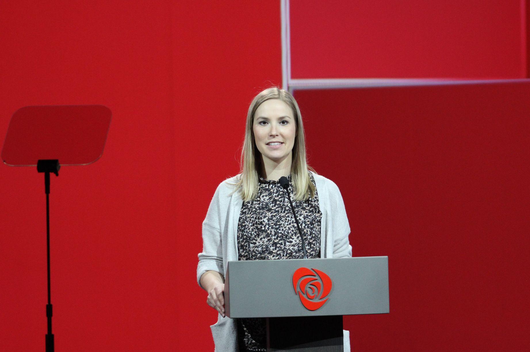 Elisabeth Fanghol på talestolen i landsmøtet