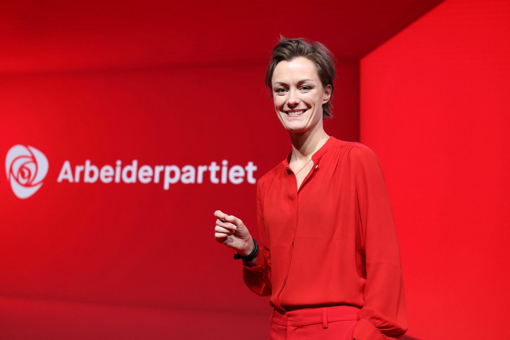 Anette Trettebergstuen foran Arbeiderpartiet-logo