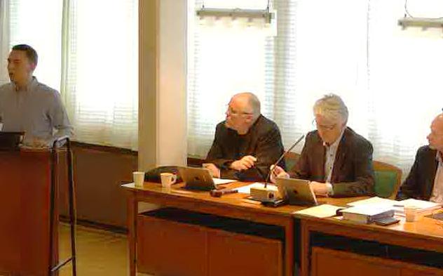Even Eriksen leser dikt på premieren for live sendt kommunestyremøte.