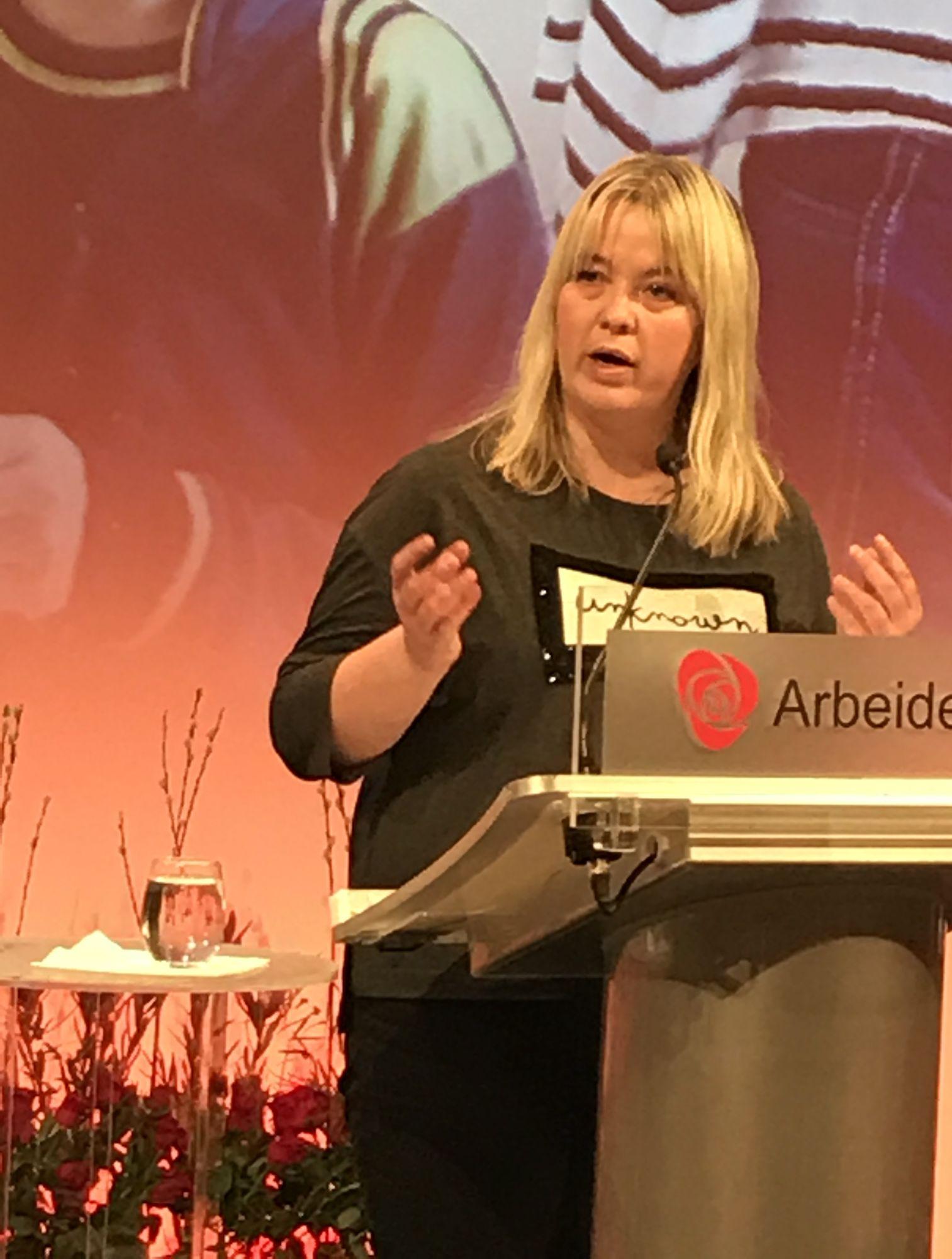 Bente Elin Lilleøkseth på Arbeiderpartiets talerstol. Foto: Bjørn Jarle Røberg-Larsen