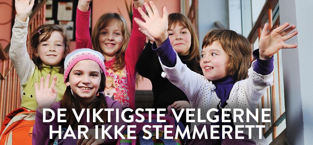 """""""De viktigste velgerne har ikke stemmerett"""" """"Fem smilende jenter sitter på skoletrappen første skoledag, de vinker til kameraet."""""""