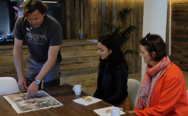 Pål Magne Steinsland orienterer Hadia Tajik og Kari Henriksen om arbeidet på Jegersberg gård. Foto: Leif Lyngø