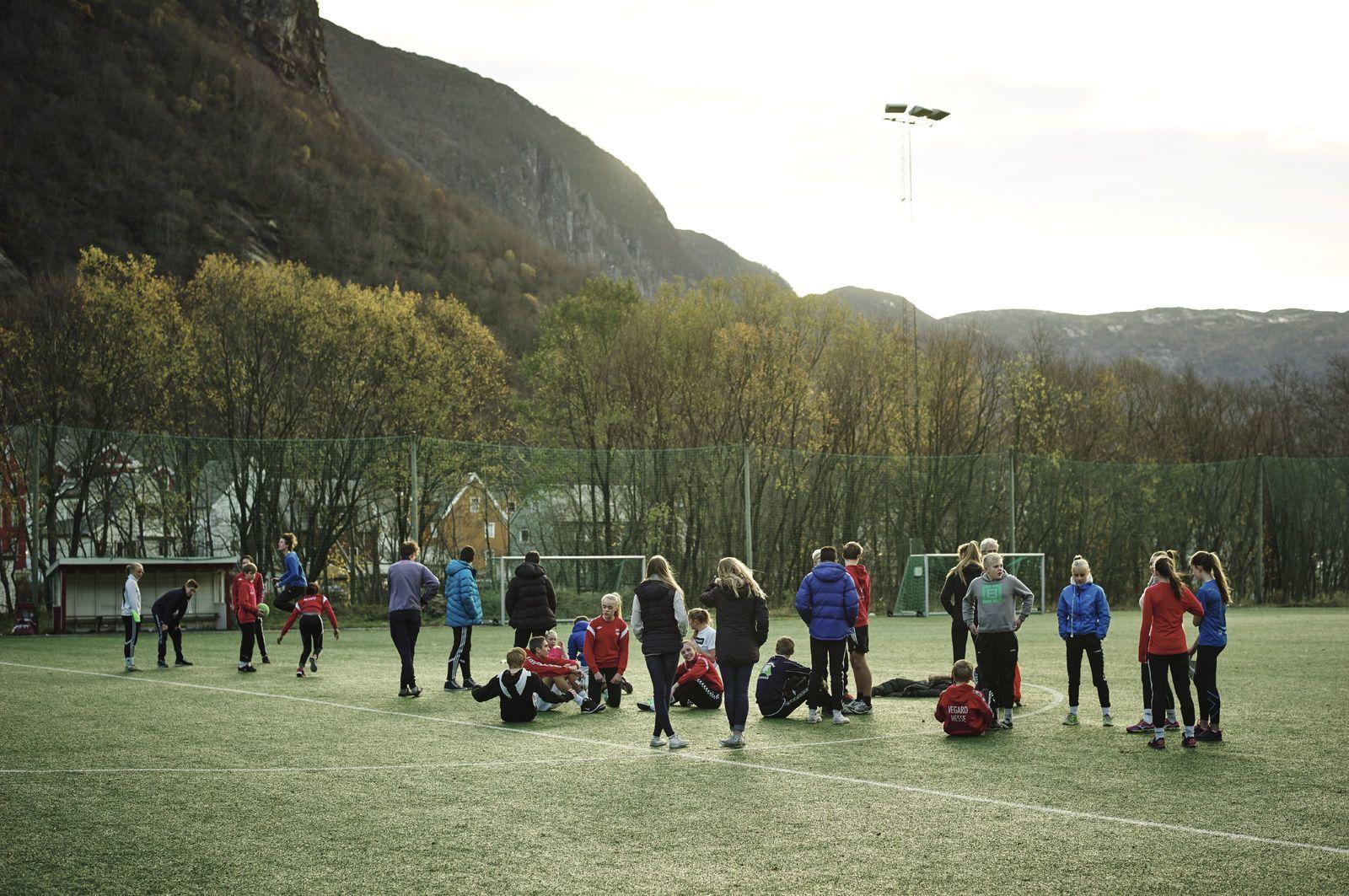 En skoleklasse har gymtime på fotballbanen. Foto: Øivind Haug