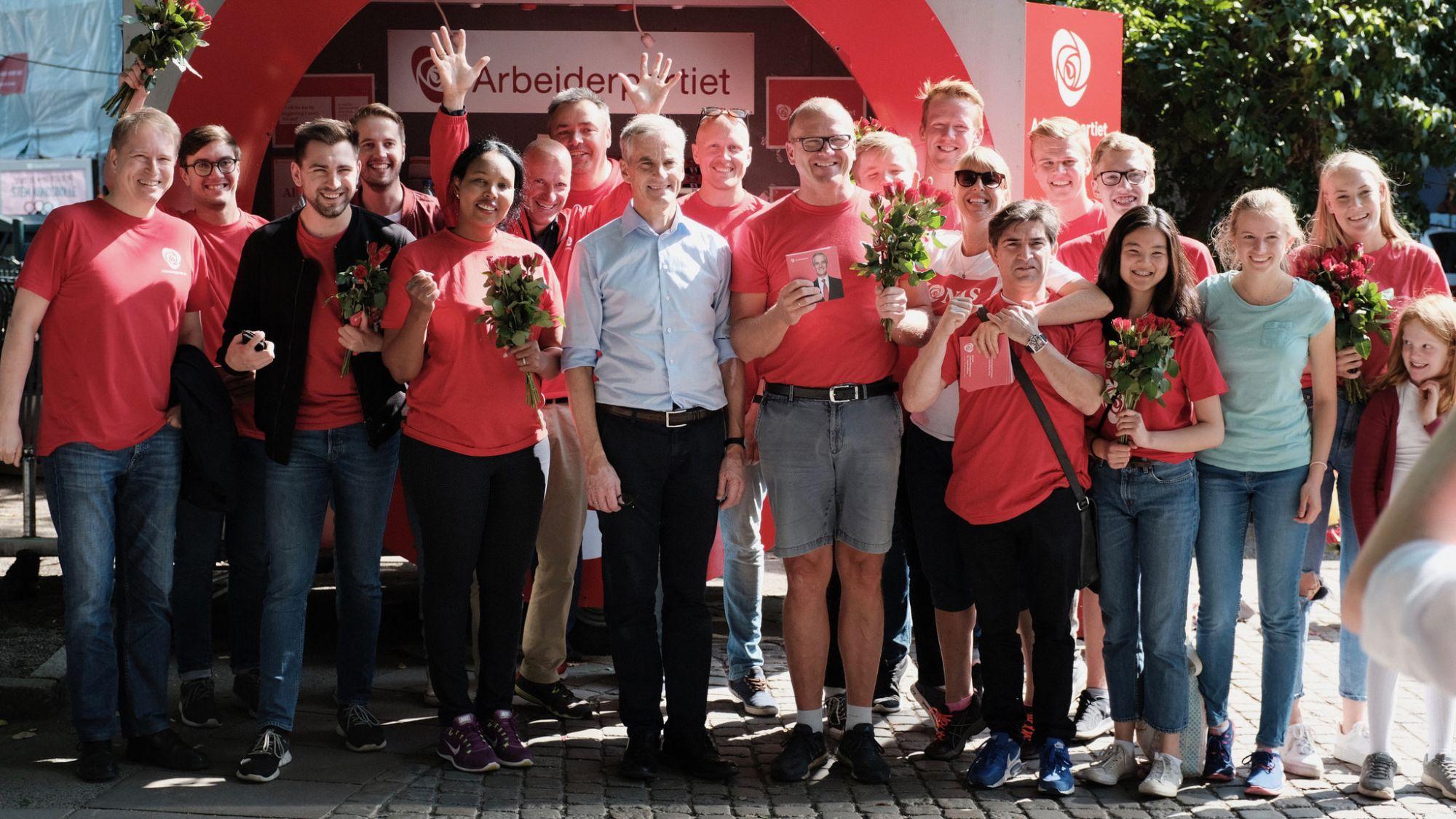 Jonas Gahr Støre møtte velgere på Løkka og tok seg tid til et bilde med våre frivillige. Leder Frode Jacobsen til høyre