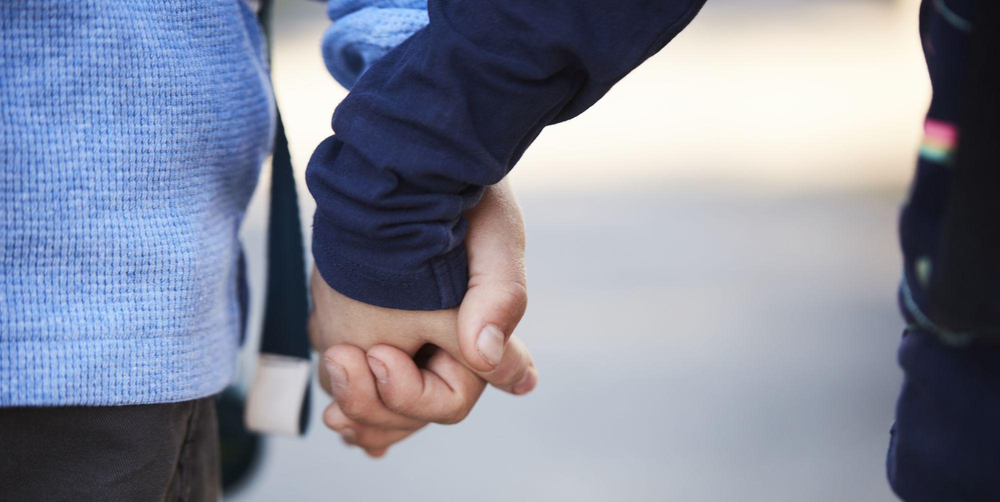 Barn som holder hender