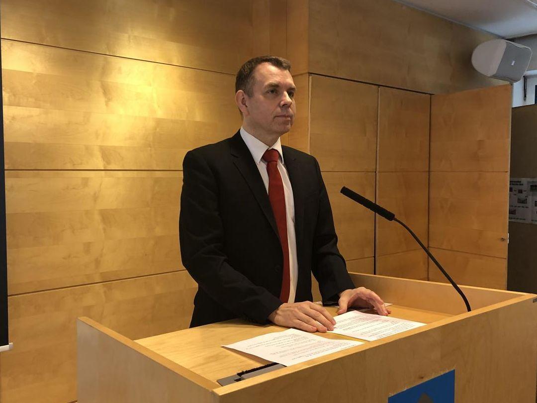 Halvard Ingebrigtsen på talerstol under pressekonferanse