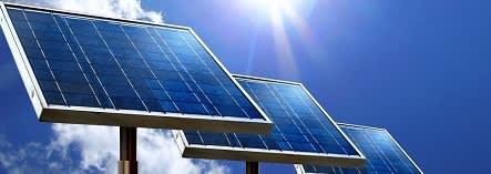 Les cellules photovoltaïques sont principalement composées de silicium, matériau très abondant sur terre mais qui doit être extrait par des processus consommant beaucoup d'énergie, d'eau et de produits chimiques
