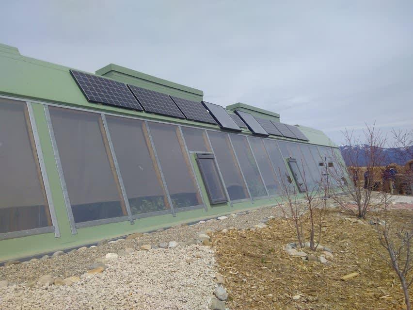 Les panneaux solaires sont placés à l'emplacement idéal pour un maximum de production: plein sud avec un angle à 45°