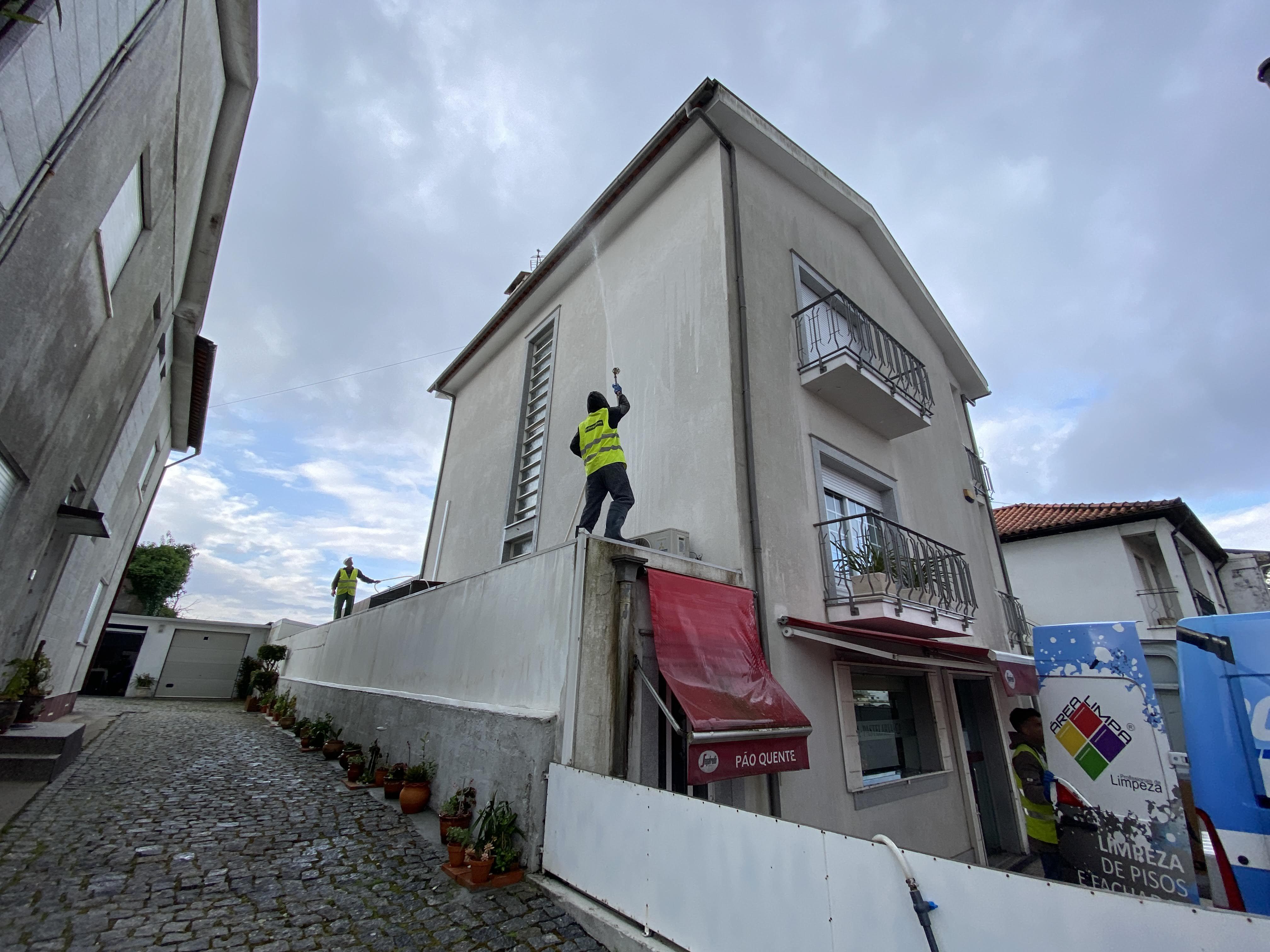 Lavagem de fachadas em capoto  image