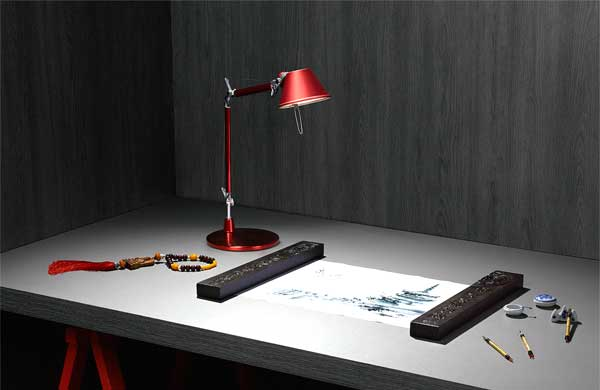 A versatilidade dos painéis de madeira escuros