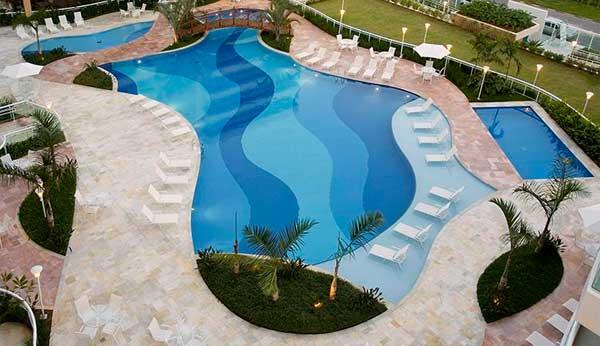 Porcelana x cerâmica: qual é mais indicada para piscinas