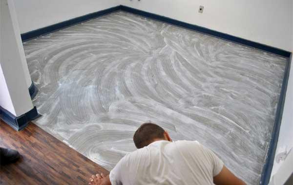 Instalação de pisos vinílicos com adesivo