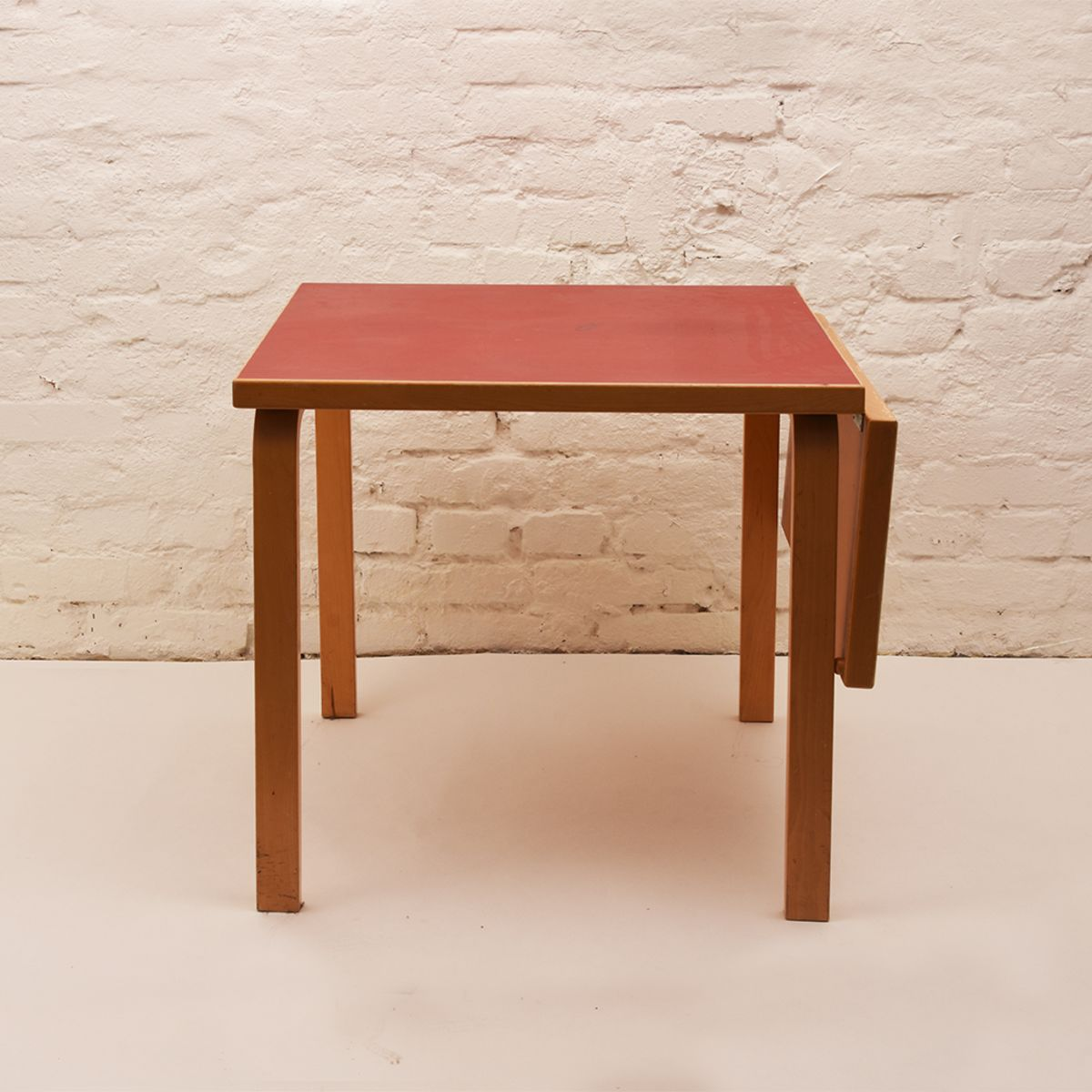 Alvar-Aalto_Red-Table