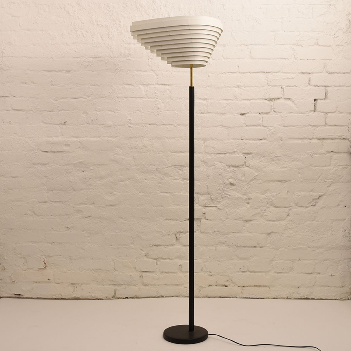 Alvar-Aalto_A805-Floor-Lamp_01