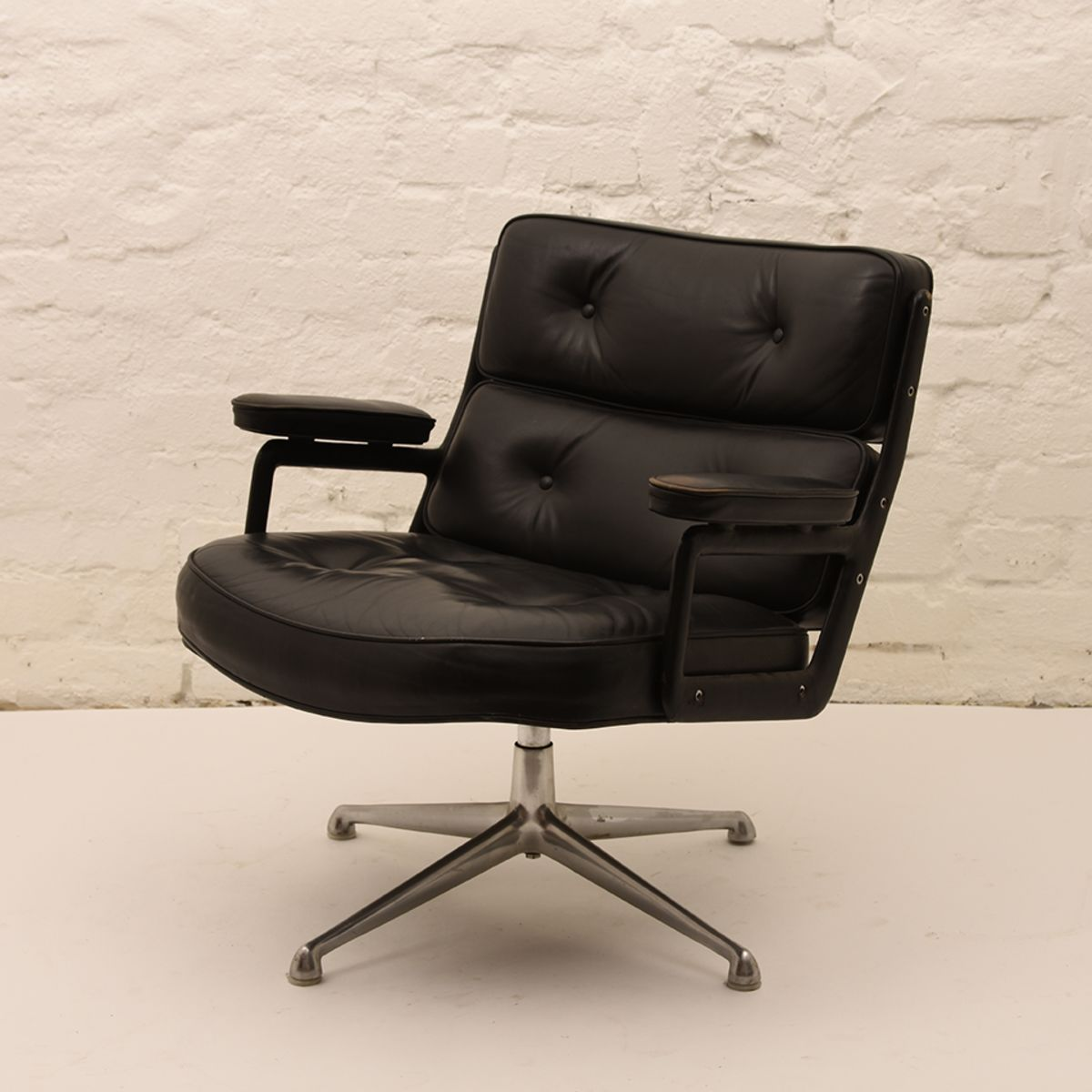 Charles-Ray-Eames_Lobby-Chair