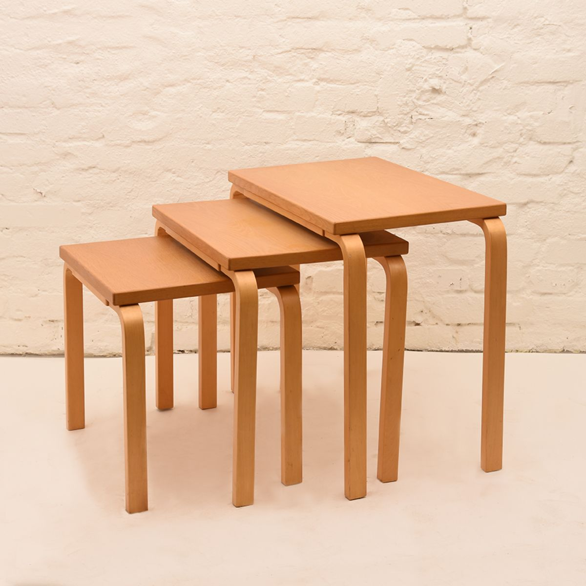 Alvar-Aalto_Nesting-Tables-01
