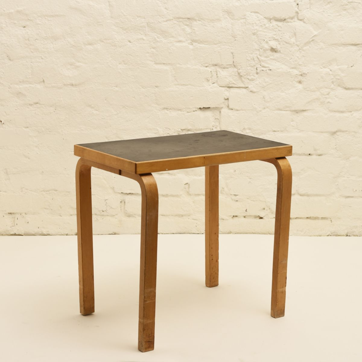 Aalto-Alvar_Small-Side-Table-Black-Linoleum