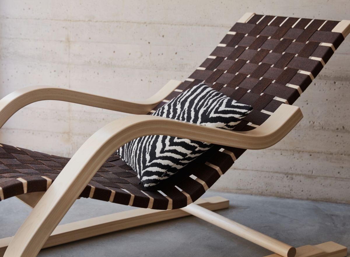 Lounge_Chair_43_Zebra_Cushion_40x40_photo_Mikko_Ryhanen