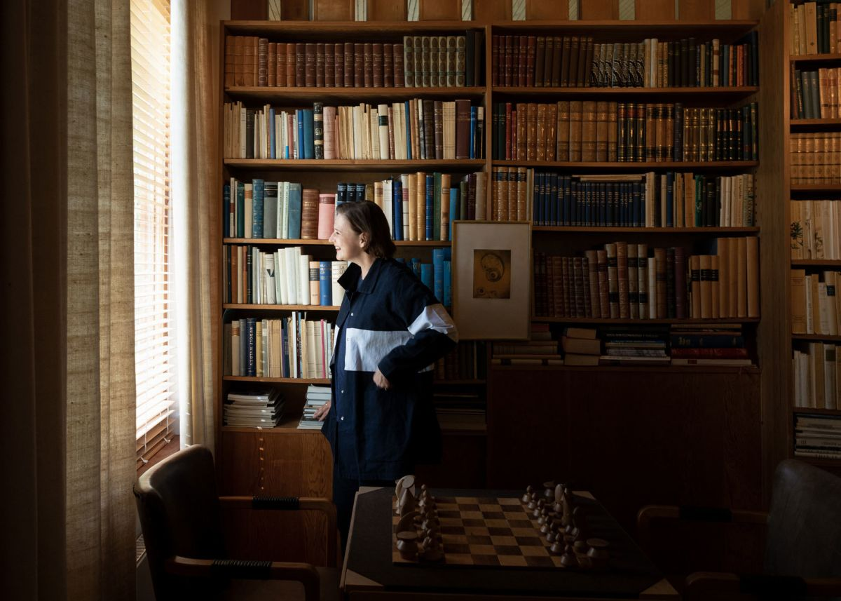 Johanna_in_Villa_Mairea_Library_2019-Photo-Anton-Sucksdorff_web