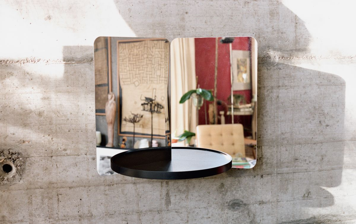 124° Rybakken mirror with tray - photo Zara Pfeifer