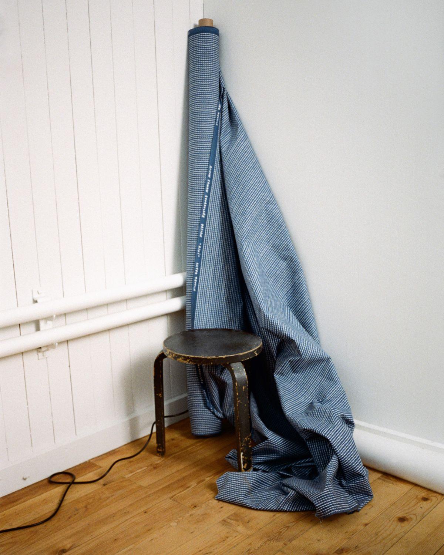 Rivi-Fabric-Blue-White-Stool-60-Black-Lacquer_4-5