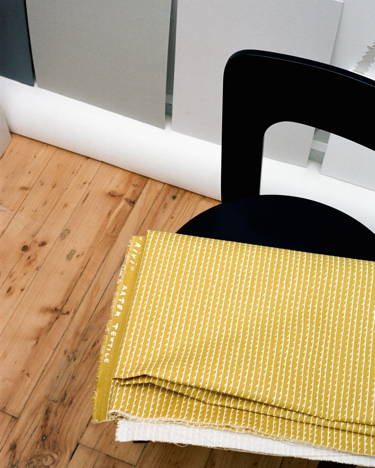 Rivi Fabric yellow / white Chair 65 black lacquer