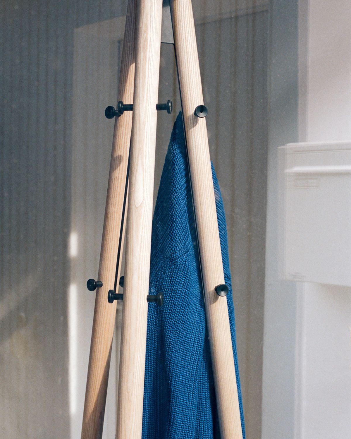 Kiila_coat_stand_clear_lacquer_black_pegs_2