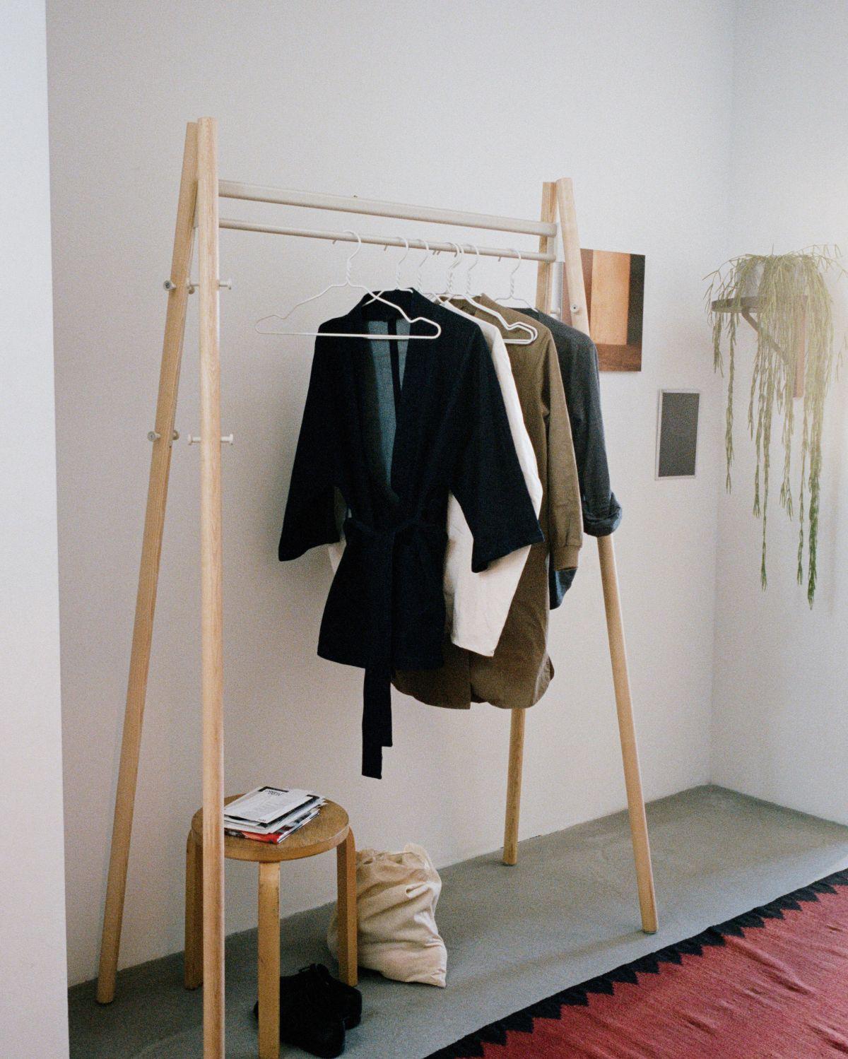 Kiila_coat_rack_clear_lacquer_stone_white_stool_60_kaari_wall_shelf_round