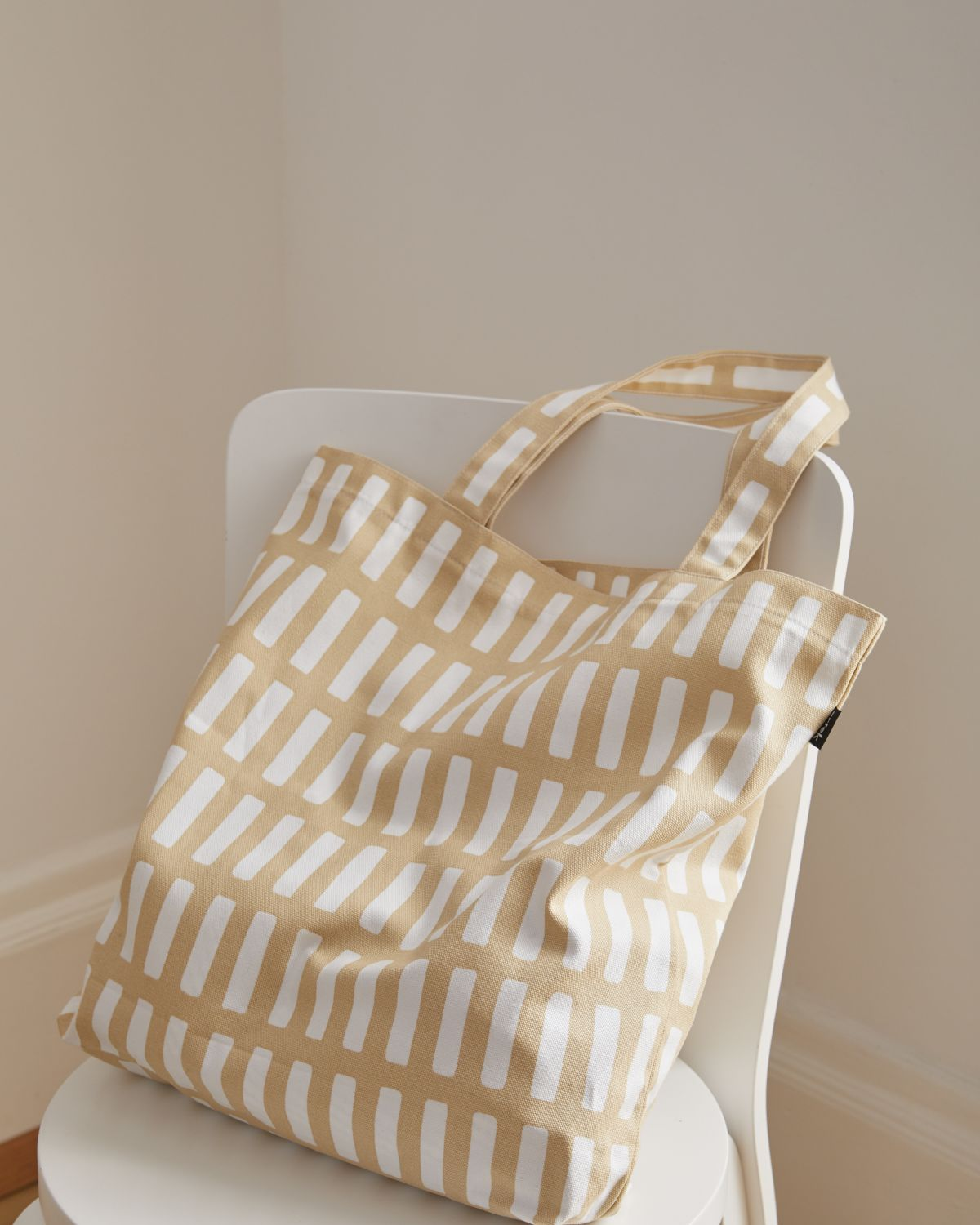 Siena_canvas_bag_sand_white_Chair_66_white