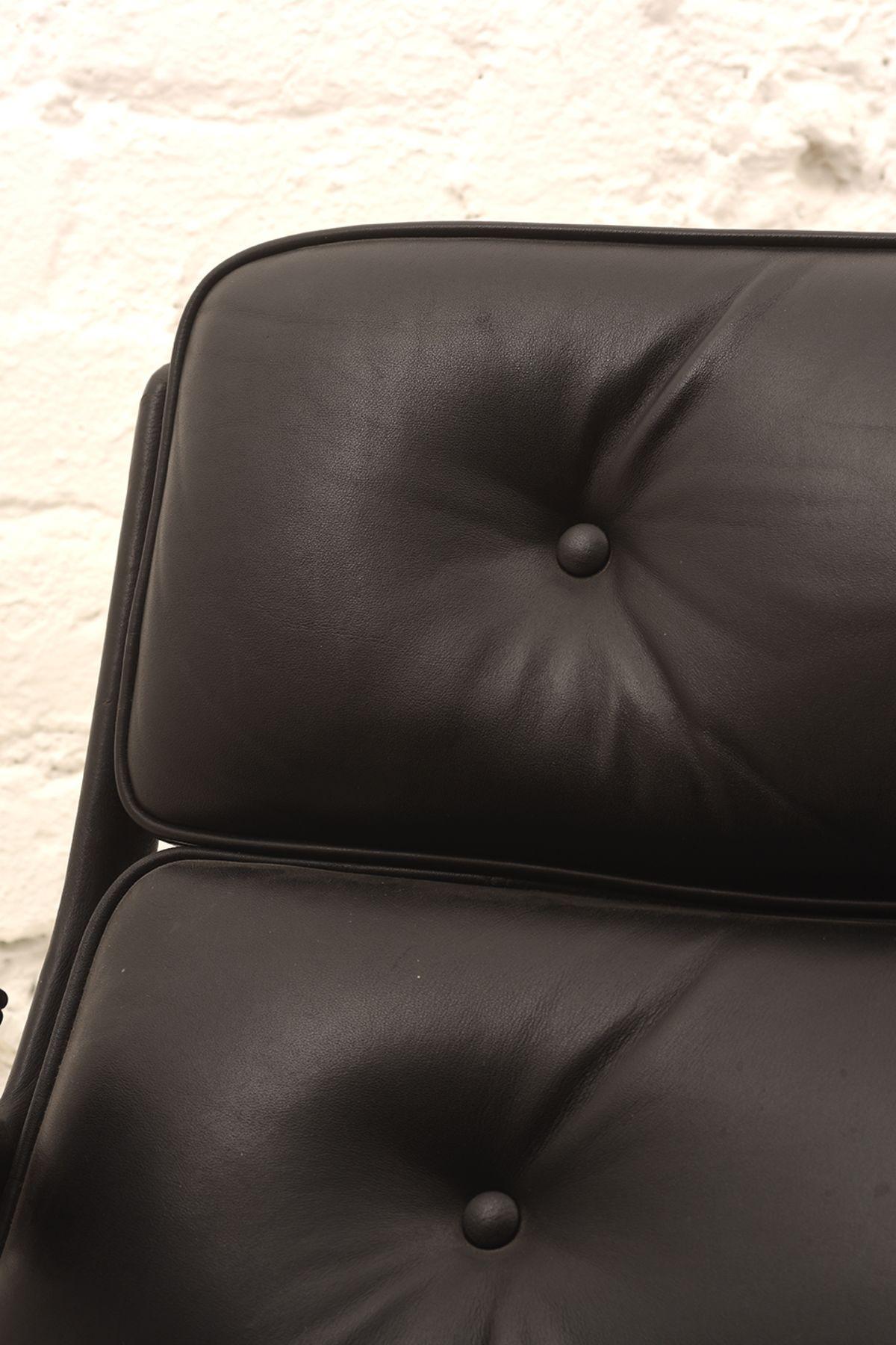 Charles-Ray-Eames_Lobby-Chair_Detail-01