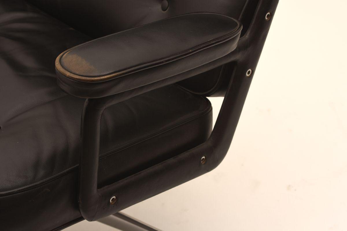 Charles-Ray-Eames_Lobby-Chair_Detail-02