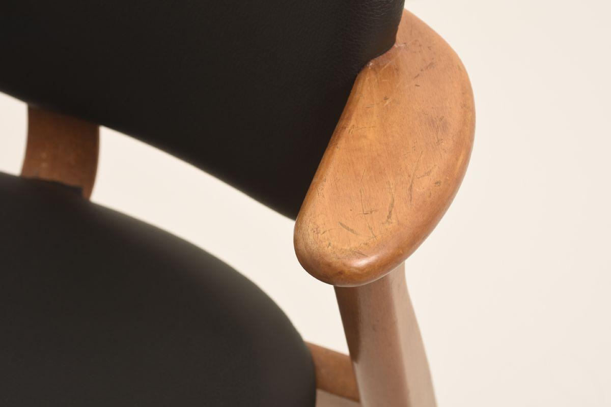 Ilmari-Tapiovaara_Domus-Chair-Black-Leather_Detail-01