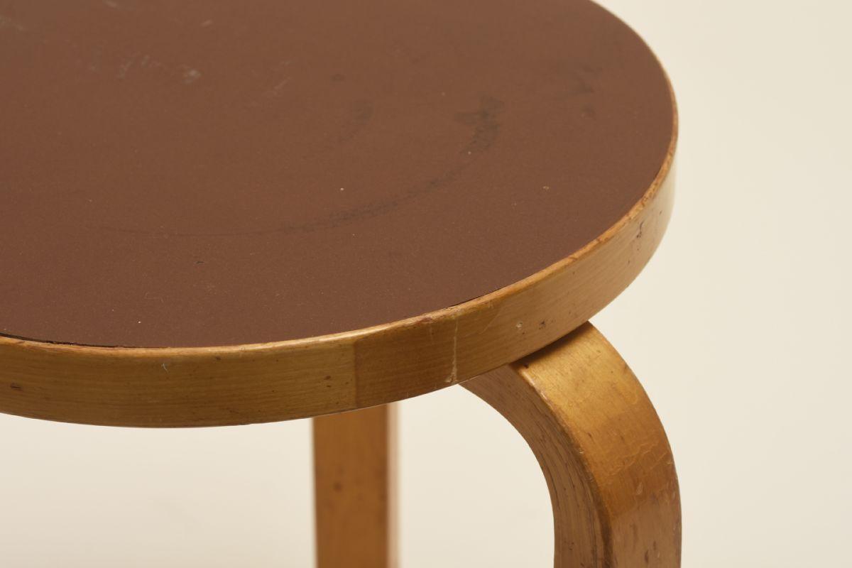 Aalto-Alvar_Stool-60-brown-linoleum_detail1
