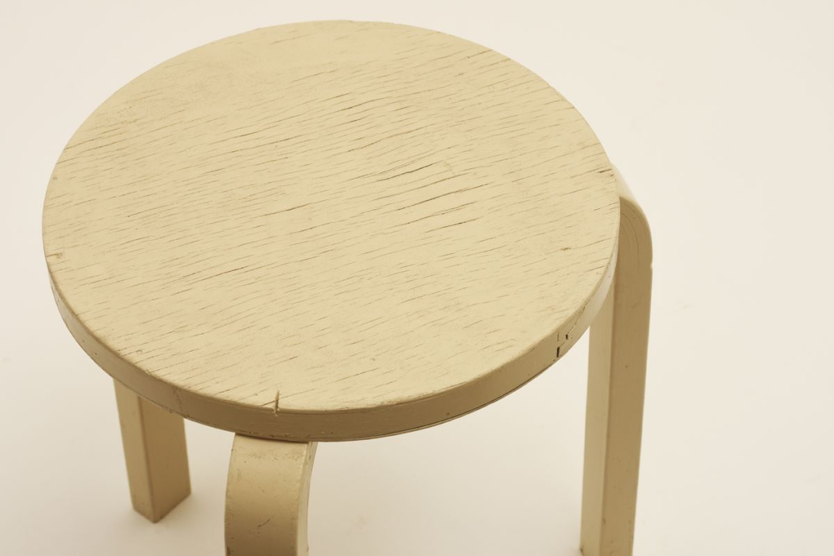 Aalto-Alvar_Stool-60-white-paint-worn_detail1