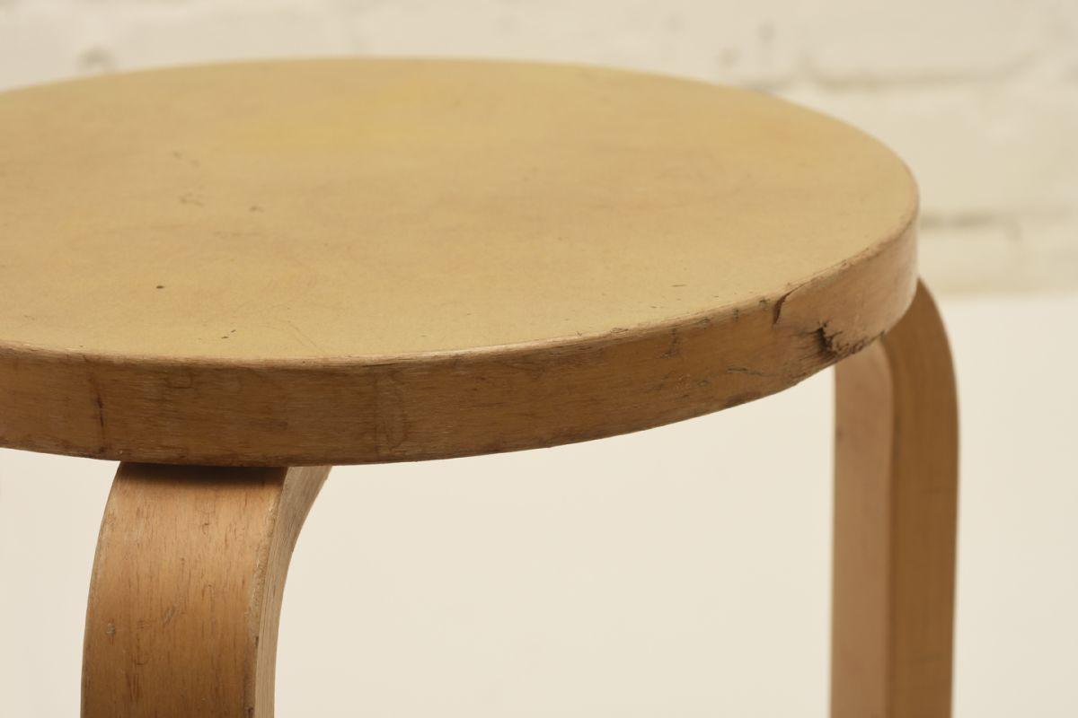 Aalto-Alvar_Stool-60-yellow-linoleum_detail1